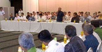 市町村長や議長ら約100人が参加し、人口増加計画などを議論した沖縄振興拡大会議=那覇市の県市町村自治会館