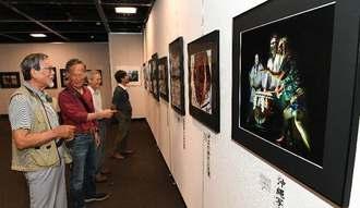 受賞作品や会員の力作を観賞する来場者ら=1日午前、那覇市久茂地・タイムスギャラリー
