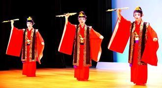 「若衆こてい節」を踊る本年度新人賞入賞者=14日、那覇市久茂地・タイムスホール