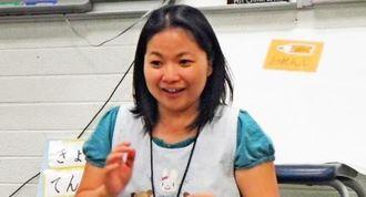 日本語補習校ラスベガス学園で教壇に立つ日本語補習校教師のマコーミックのぞみさん=ラスベガス