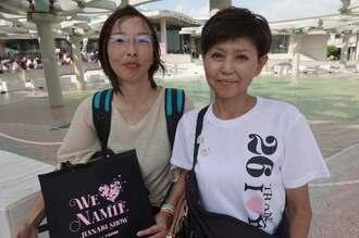 福岡から訪れた太田黒喜久子さん(右)と友人の萱原景子さん=16日、宜野湾市・沖縄コンベンションセンター