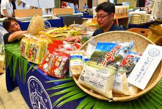 伊平屋島の特産品が並べられ、ェアの準備が進む会場=7日午後、那覇市久茂地・タイムスビル