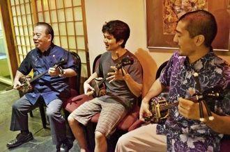 [アルゼンチン]県人会との夕食交流会の一場面。歌三線で県系人の若者と交流を深める県キャラバン団長の安慶田光男副知事(左)=9日、ブエノスアイレス市の在亜沖縄県人連合会館