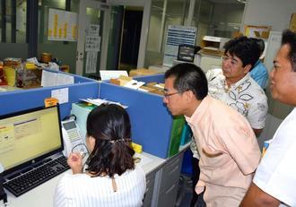 職員から残業申請の仕方について聞く待鳥浩二局長(左から2人目)=9日午後、那覇市の大同火災海上保険