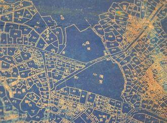 「那覇市全図」の一部。現在の前島に「塩田」(中央付近)があり、周辺が区分けされ、地番が振られていることが分かる