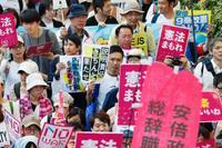 「隠蔽、捏造」、安倍政権に抗議 東京・新宿で退陣求めデモ