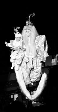 [きょうナニある?]/話題/海老蔵さん親子で宙乗り/最年少勸玄君に大歓声