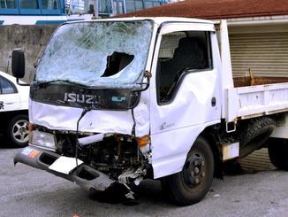 事故で前部分が損傷した米軍トラック=2017年11月