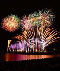 クリスマスソングに合わせて夜空を彩る1万発の花火が観客を圧倒した=19日、西原・与那原マリンパーク(金城健太撮影)