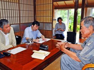 お年寄りから与那国語に関わる昔の営みなどについて聞く(左から)米城惠さんと中澤光平さん=6月15日、与那国町内