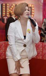 インタビュー終了後、来場者に歌声を披露したIKKOさん=10日、那覇市・デパートリウボウ