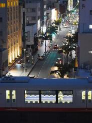 店舗の多くが休業し、人通りがまばらな国際通りと利用者が減少したゆいレールの上り線=8日午後7時25分、那覇市安里(国吉聡志撮影)