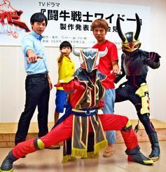 主演の小橋川建さん(右から2人目)と闘牛戦士ワイドー(前列)ら出演者=5日、うるま市生涯学習・文化振興センター「ゆらてく」