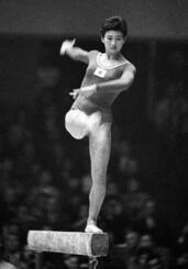 1964年の東京五輪で平均台の演技をする小野清子さん