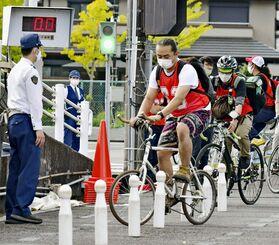 交通安全講習を受ける「ウーバーイーツ」の配達員ら=14日午後、京都市
