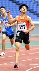 男子400メートル決勝 48秒48で優勝し、ガッツポーズする平川慧(右)=日産スタジアム
