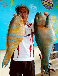 天仁屋海岸で52・3センチ、2・1キロと41・7センチ、1・24キロのアーガイを釣った仲宗根勲さん=14日