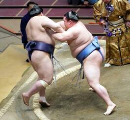 正代(右)が押し出しで阿武咲を下す=両国国技館