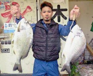 西原海岸で50センチ、2.11キロと46センチ、1.56キロのチンシラーを釣った屋良悠斗さん=1月29日