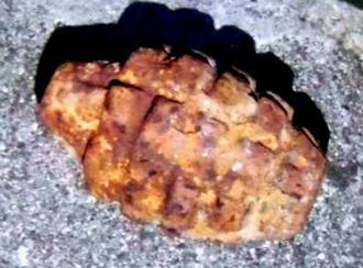 宜野湾市嘉数で発見された不発弾(宜野湾署提供)