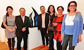 オ-プニングで笑顔を見せる金子晴彦さん(右から4人目)、リヨン領事事務所所長の小林龍一郎さん(同5人目)ら=フランス