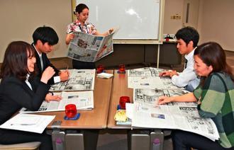 気になった記事を発表し合う受講生=浦添市西洲の琉球セメント本社