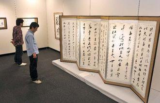 タイムスが所蔵する作品が並ぶアートコレクション展=28日午前、那覇市久茂地・タイムスギャラリー