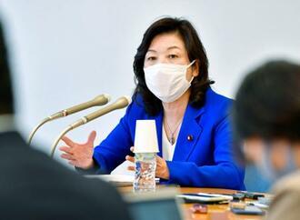 報道各社のグループインタビューに応じる自民党の野田幹事長代行=19日午後、国会