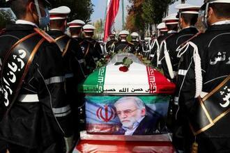 30日、イランの首都テヘランの国防軍需省で行われた葬儀で運ばれる核科学者ファクリザデ氏のひつぎ(イラン国防軍需省提供、ロイター=共同)
