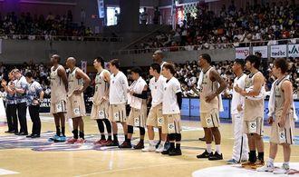 プレーオフ西地区準決勝でシーズンを終え、観客を前に整列するキングスの選手ら=5月10日、沖縄市体育館