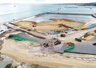 大浦湾側に新たな護岸を造るため、海岸(手前中央)に石材を敷き詰める作業が進められた=2019年1月28日、沖縄県名護市辺野古(小型無人機で撮影)