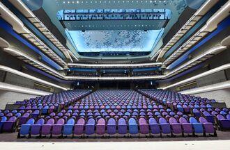 大劇場は1600席。沖縄の海の中のグスクをイメージしてデザインされた