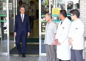 浦添市内の病院を退院した翁長雄志知事(左)=15日午前10時半すぎ