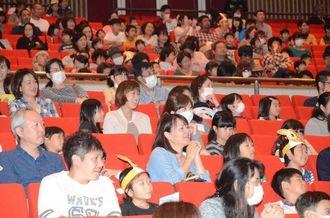 多くの来場者が集まった「ご入学おめでとう大会」=14日、うるま市石川会館