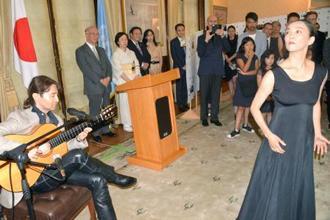 日本の国連大使公邸で、ギターを演奏する大竹史朗さん(手前左)とダンスを披露する折原美樹さん(同右)=8日、ニューヨーク(共同)