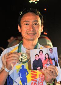 [第34回全日本トライアスロン宮古島大会]/亡き父へ完走報告/天国で自慢してもらえるように/加持さん家族写真手に/宮古島トライアスロン