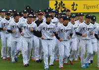ファンお待たせ!プロ野球キャンプイン 沖縄・宜野座村には虎党100人
