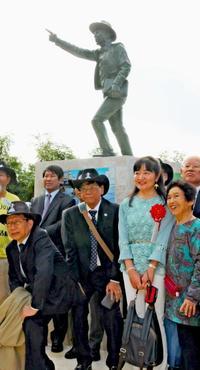 ジョン万次郎の指さす先には? 上陸の地・沖縄県糸満市に銅像建立