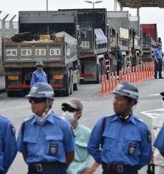 米軍キャンプ・シュワブ内に砕石を搬入するトラック=1日、名護市辺野古