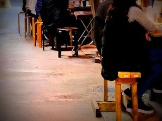 時短営業拡大を前に、午後10時までは飲食を楽しむ人たち。それでも客足が落ちているという那覇市内の飲食店街=19日午後8時すぎ(金城健太撮影)