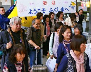 沖縄からのチャーター便で福島空港に到着した観光客=25日午前