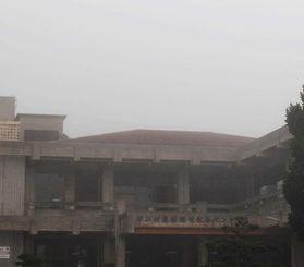 城山が濃い霧に包まれ見えなくなった=9日午前8時20分ごろ(農村環境改善センターから撮影)