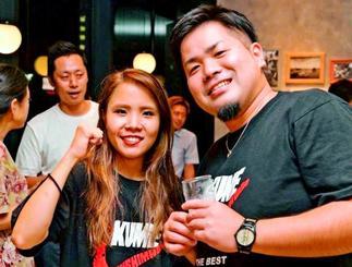 「にっぽんの宝物」調理部門グランプリを喜ぶ島袋航弥さんと妻の愛佳さん=6日、東京(島袋航弥さん提供)