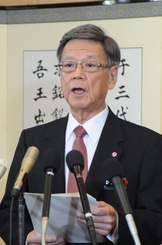 年頭あいさつで新基地建設阻止の考えを改めて示す翁長雄志知事=4日午前、県庁