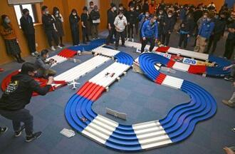 中国・上海の日本総領事館で開催された「ミニ四駆」のレース大会=17日(共同)