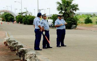 死亡事故現場で検証する宮古島署の署員=26日、宮古島市平良久貝・トゥリバー地区