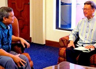 翁長雄志知事(右)と会談する米領グアムのカルボ知事=12日、グアム(県提供)