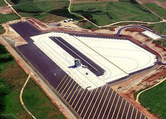 完成が迫るLHDデッキの改修工事。白い部分が耐熱特殊コンクリートで、左側が甲板を模した部分、右側が駐機場とみられる=伊江村(沖縄ドローンプロジェクト提供)