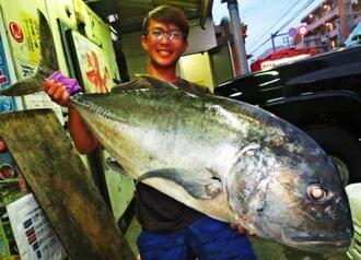 国頭海岸で110センチ、19キロのロウニンアジを釣った安里碧海さん=18日