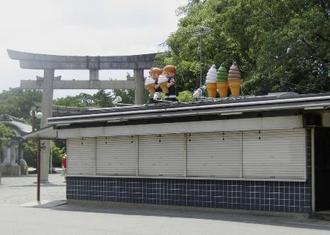 無期限営業自粛となった大阪城公園にあるたこ焼き店「宮本茶屋」=8月、大阪市